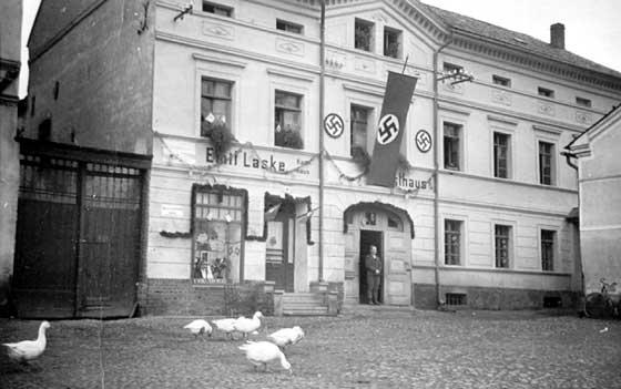 Německou armádu vítaly v obci vyzdobené budovy